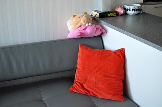 Oranssia sohvalle