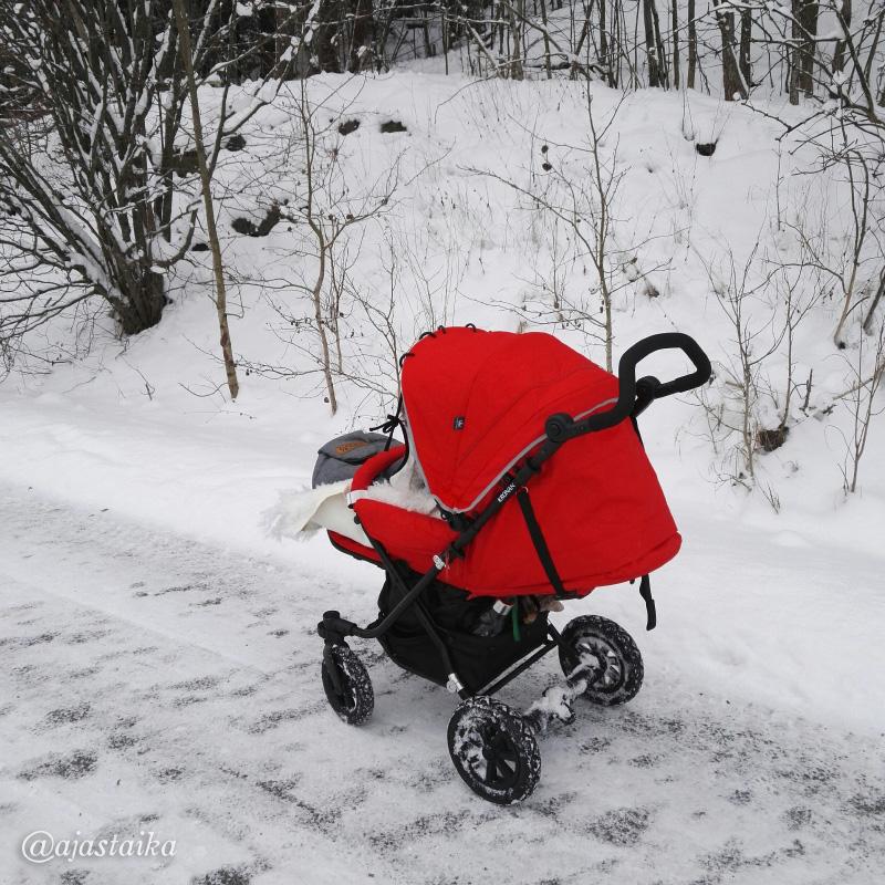 Onhan nää punaset rattaat aika pirtsakat. #stroller #kronan #kronansulkys #red #winter #snow #vaunuhullu #lastenvaunuhullut