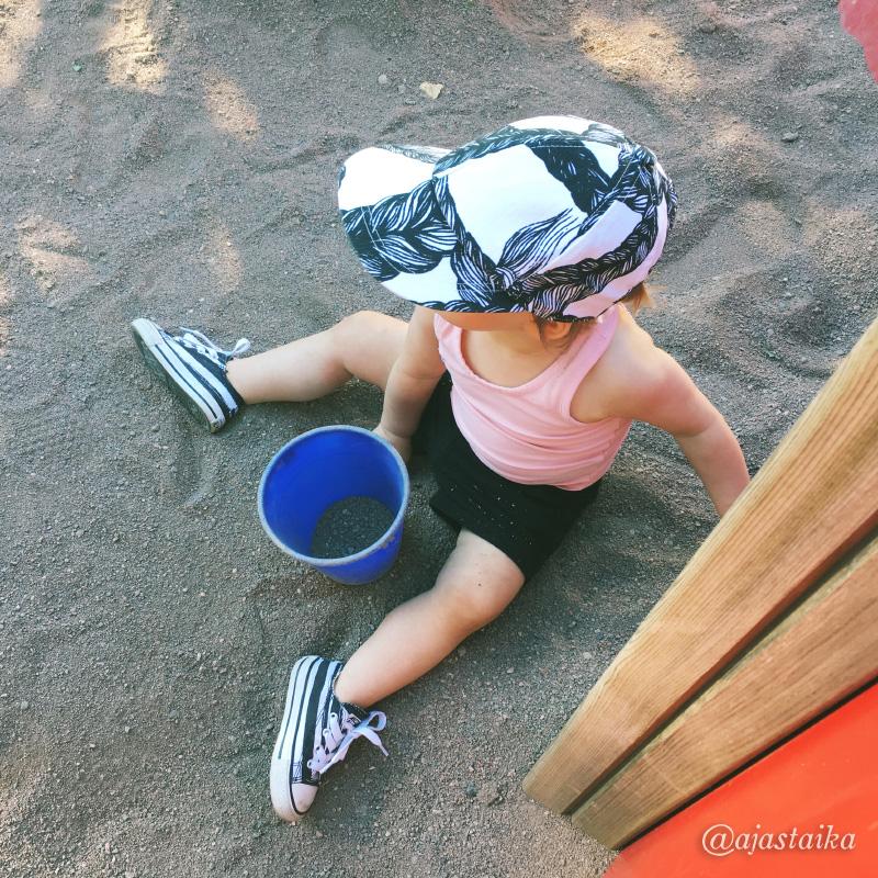 Iltatouhuja Seikkiksessä. #kids #toddler #toddlerlife #minime #sandbox #summer #seikkailupuisto #seikkis #turku #kidsstyle #vimma #vimmacompany #gugguu #gugguukidsfashion #converse #miroju