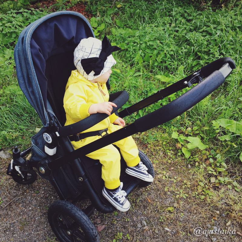Ehdin vihdoin testailla kunnolla lainarattaita! Varsin mukavat kulkupelit.👌🏻#stroller #strollerobsession #barnvagnar #lastenvaunuhullut #vaunuhullu #bugaboo #bugaboofrog #kids #mygirl #minime #kidsstyle #blacknwhite #yellow #minirodini #minirodinipico #papu #papustories #rusettipipo #converse #miroju #latergam