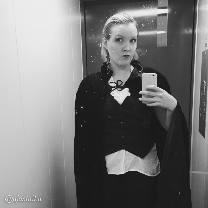 Illan toisiin bileisiin vähän eri varustuksessa. 🌕 #allsaintsday #mrsdracula #elevator #blacknwhite