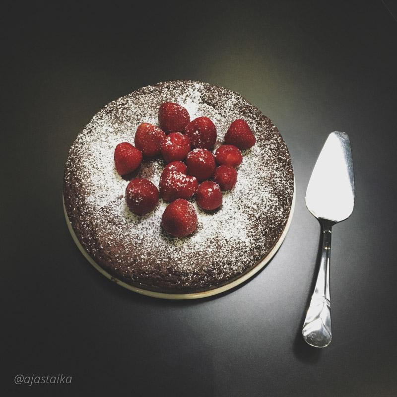 Viimeisen työpäivän kunniaksi piti leipaista kakku tiimille. #cake #chocolate #strawberries #maternityleave #atthework #latergram