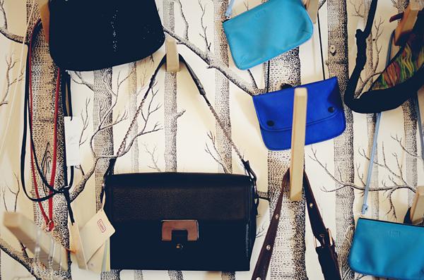 Laukkuja seinällä
