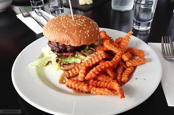 Hiilloksen burgeri bataattiranskalaisilla