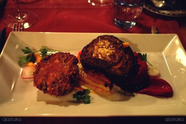 Valkosipuli-yrttivoissa paistettua munakoisoa, porkkanaa, punajuurta ja sieni-sipulipiirasta