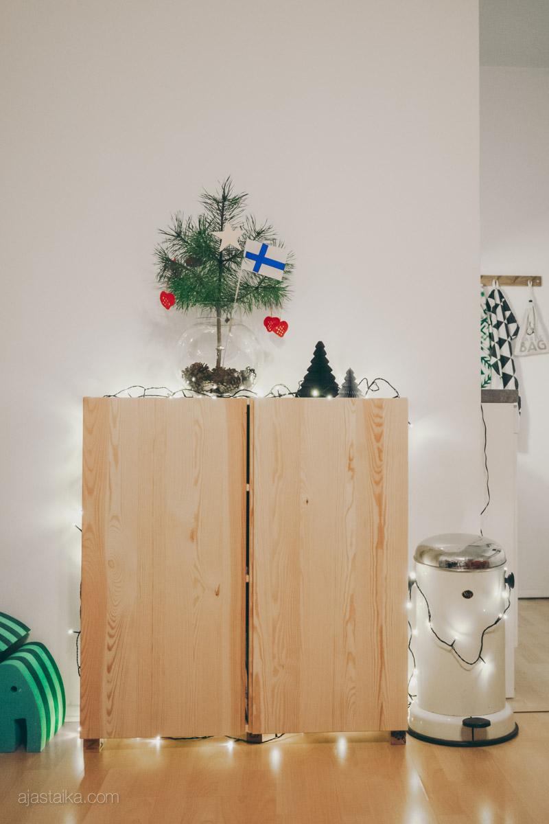 Joulupuu kaapin päällä