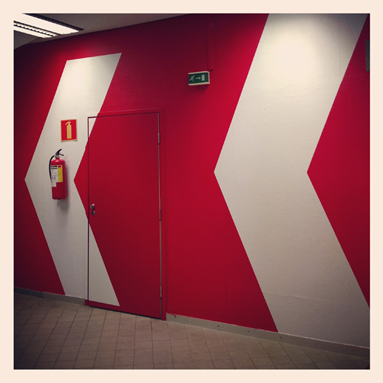 Hieno seinä terminaalissa #red #white #arrow #vikingline