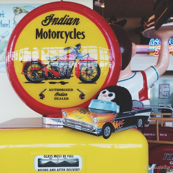 Täydellisen kokoinen auto. #bobthepenguin #car #fuel #yellow #americandiner #tampere