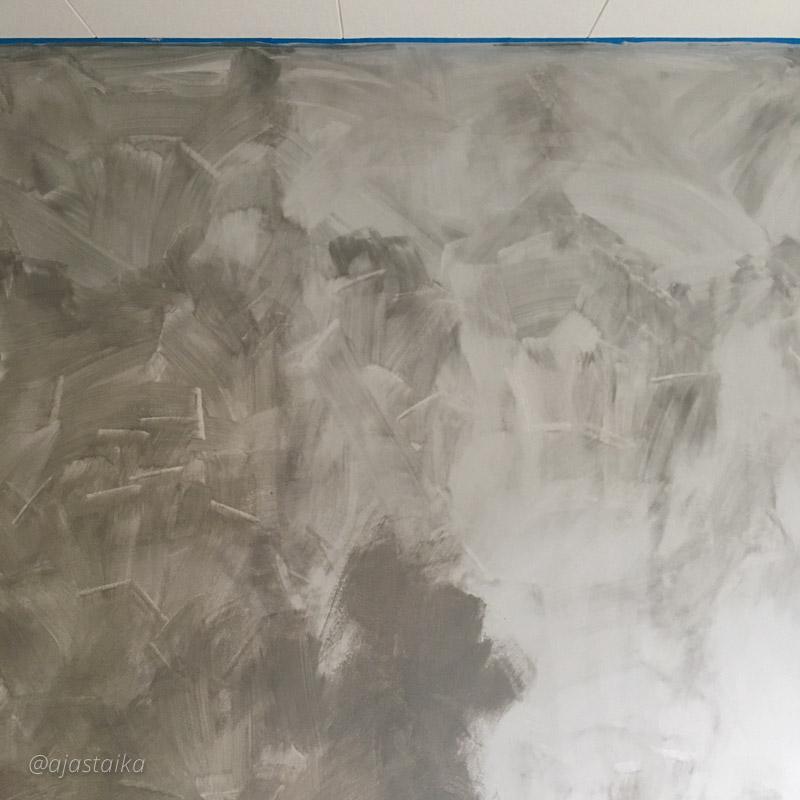 Pensseli on turhan muhku ja vähän tuli vahingossa sudittua mm. kattoa, mutta mielenkiintoiselta näyttää nyt jo. #wall #livingroom #painting #chalkpaint #kalklitir #nofilter