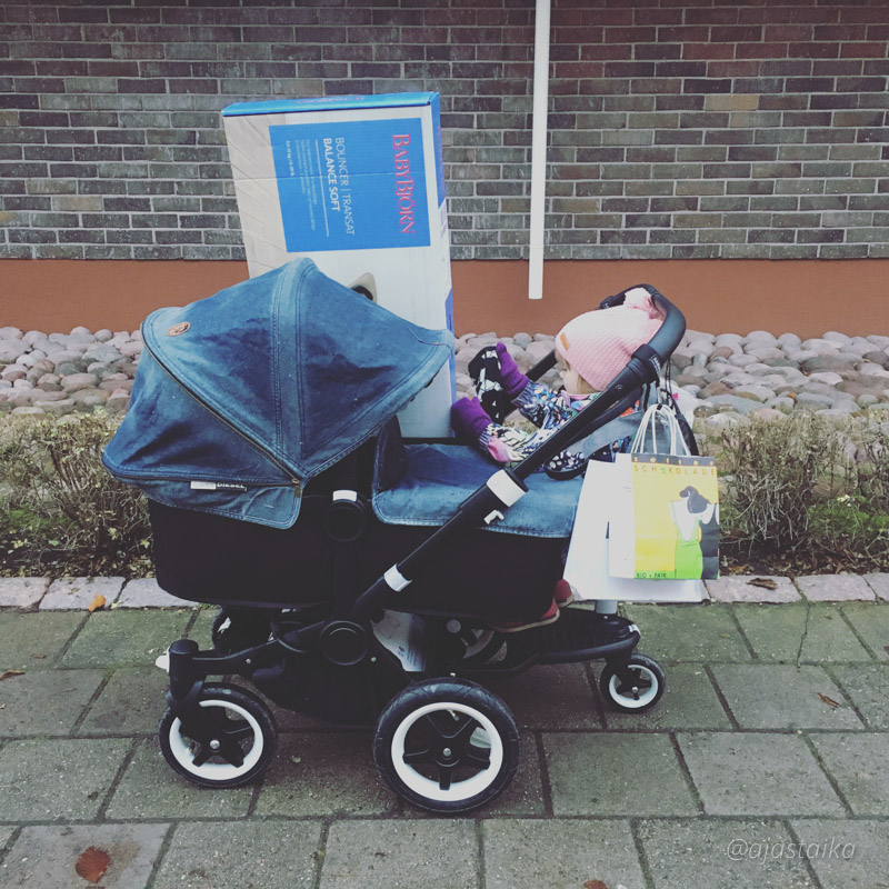 Eilisen kantojuhta, kyllä Aasit jaksaa! 💪🏻 #bugaboo #bugaboodonkey #bugaboodonkeymono #bugaboodonkeydiesel #bugaboocomfortwheeledboard #stroller #strollerobsession #lastenvaunuhullut #vaunuhullu #babyplushoorn #shopping #kids #mydaughter #gugguukidsfashion #molokids #latergram