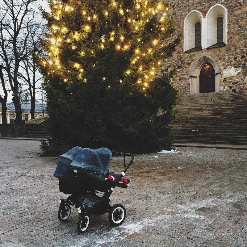 Kävin lasten kanssa eilen kaupungilla, isompikin halus istuimeen joten pääsin pitkästä aikaa lykkimään Aaseja tuplina. Matkalla pysähdyttiin ihastelemaan Tuomiokirkon joulukuusta. 🎄 #christmas #christmastree #cathedral #turkucathedral #turuntuomiokirkko #turku #stroller #bugaboo #bugaboodonkey #bugaboodonkeyduo #bugaboodonkeydiesel #strollerobsession #lastenvaunuhullut #vaunuhullu #latergram